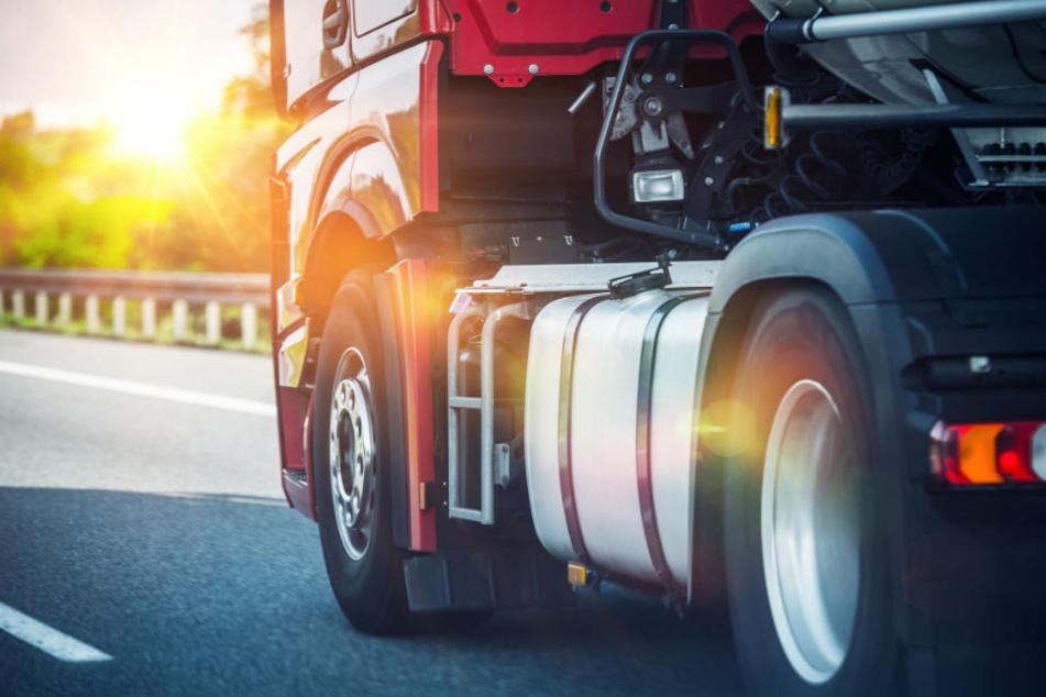 Auf der linken Autobahnspur machte der Lkw-Fahrer ein Schläfchen. (Symbolbild)