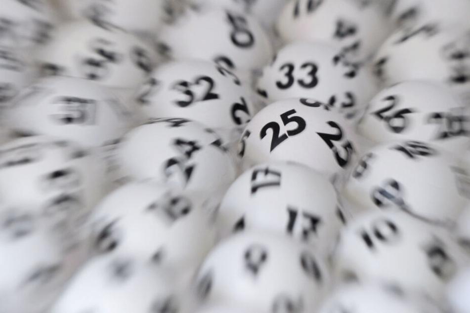 Lotto-Kugeln liegen nebeneinander. (Symbolbild)