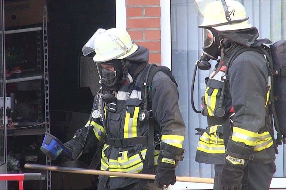 Unter Atemschutz drangen die Feuerwehrmänner zum Brandherd vor und löschten diesen ab.
