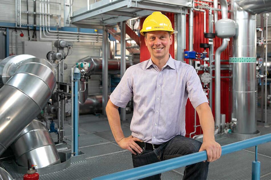 DREWAG-Projektleiter Lars Kaulfuß (36) vor dem Elektrodenheizkessel - dem Herzstück der Anlage.