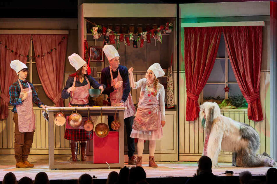 """Die Darsteller stehen während einer Vorpremiere des Kinder-Musicals """"Die Weihnachtsbäckerei"""" im Schmidts Tivoli auf der Bühne."""
