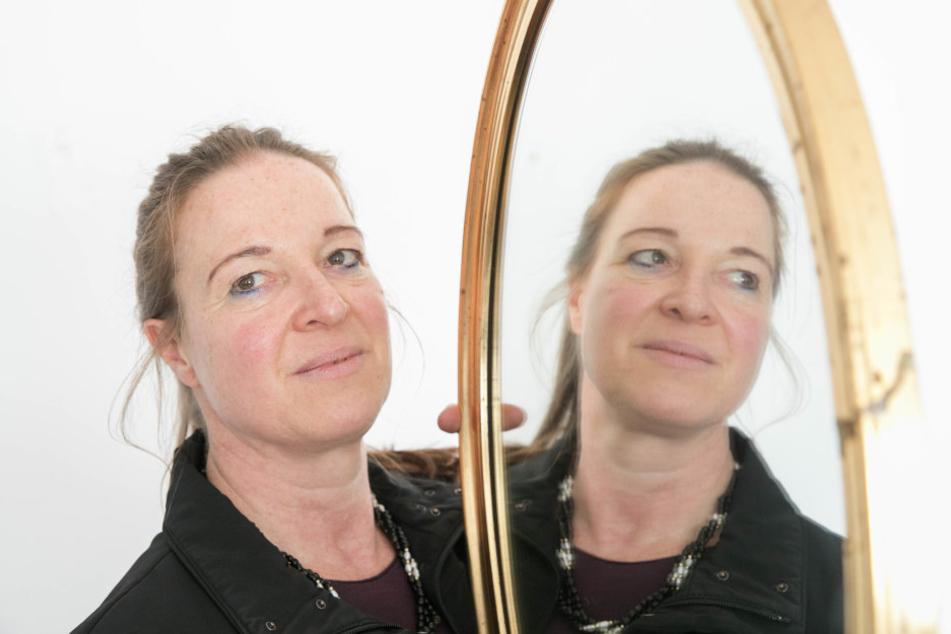 Wenn Anke, der eineige Zwilling von Kerstin noch lebt, könnte sie jetzt aussehen, wie ihr Spiegelbild.