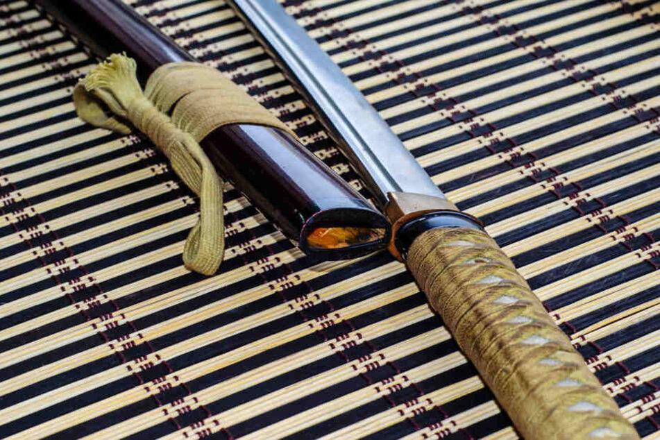Der Mann ging mit einem Samuraischwert auf seine Bekannten los. (Symbolbild)