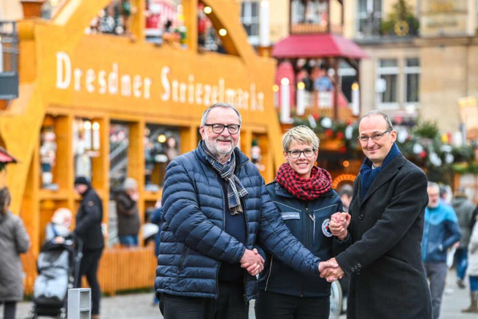 Dank guter Zusammenarbeit ziehen Dieter Uhlmann (66) vom Verband Erzgebirgischer Kunsthandwerker, Ulrike Peter (40) vom DRK und Amtsleiter Robert Franke (42) eine positive Striezelmarktbilanz.