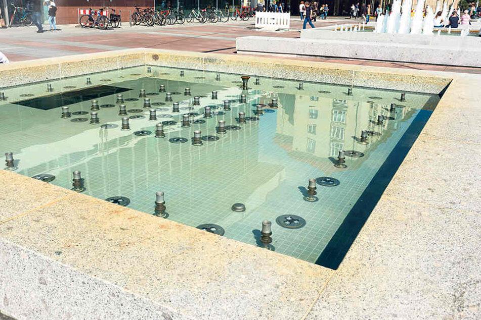 Am Montag wurde das verfärbte Brunnenwasser wieder ausgetauscht. Der  Grund für die Verfärbung ist noch unbekannt.