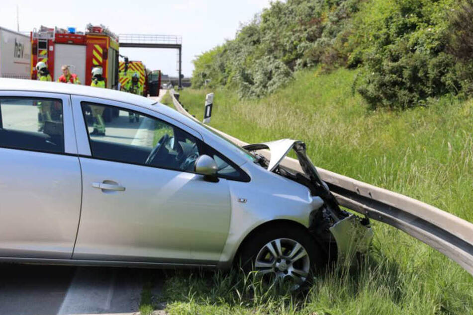 Der Opel krachte aus noch ungeklärter Ursache in eine Leitplanke.