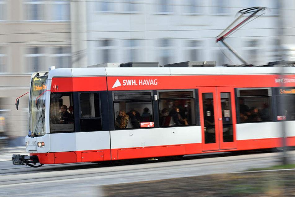 Ein 15-Jähriger wurde am Sonntag in einer Straßenbahn in Halle (Saale) mit einer Machete angegriffen. (Archivbild)