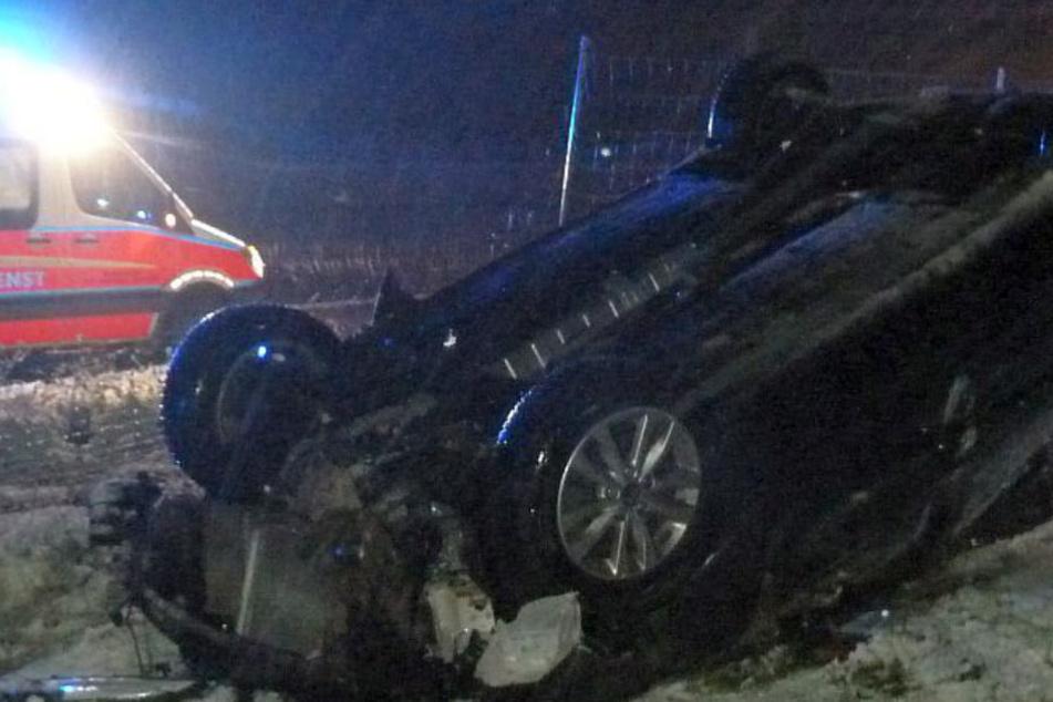 Weil der Autofahrer trotz schlechtem Wetter zu schnell unterwegs war, kam er ins Schleudern und überschlug sich.