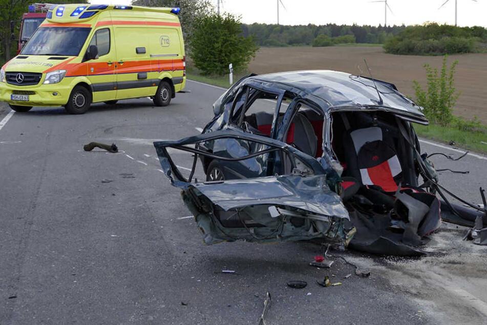 Kaum zu glauben: Aus diesem Wrack konnten die Rettungskräfte den Fahrer (39) mit lebensbedrohlichen Verletzung, aber lebend bergen.