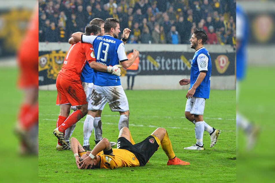 Nach dem Pokal-Spiel feiern die Arminia Spieler, Testroet liegt enttäuscht am Boden.