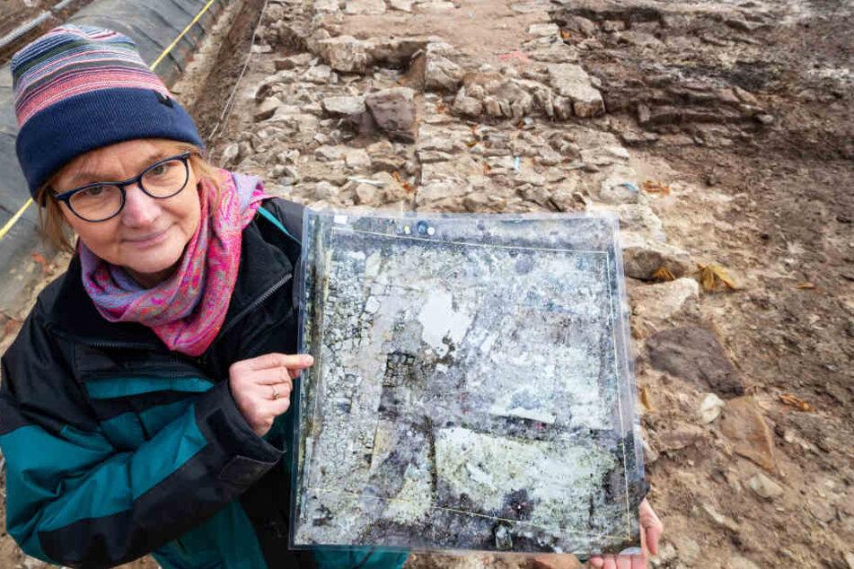 Karin Sczech zeigt die freigelegten Überreste der Jakobskapelle am Gothaer Hauptmarkt.