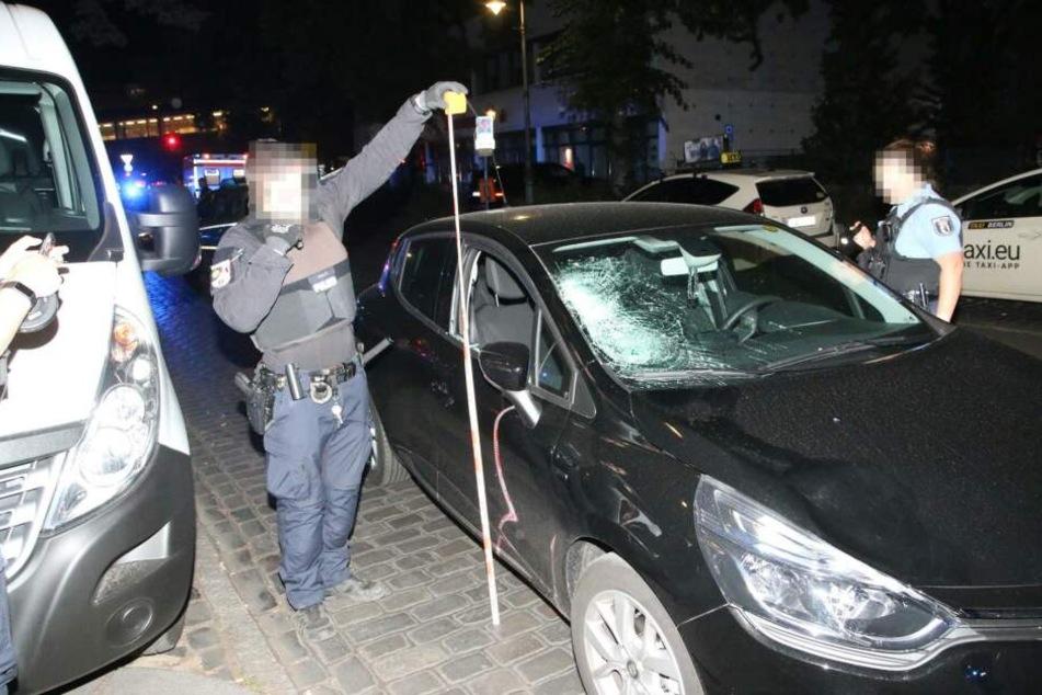 Ein Auto hat in der Nacht zu Freitag in Kreuzberg zwei Fußgänger erfasst.