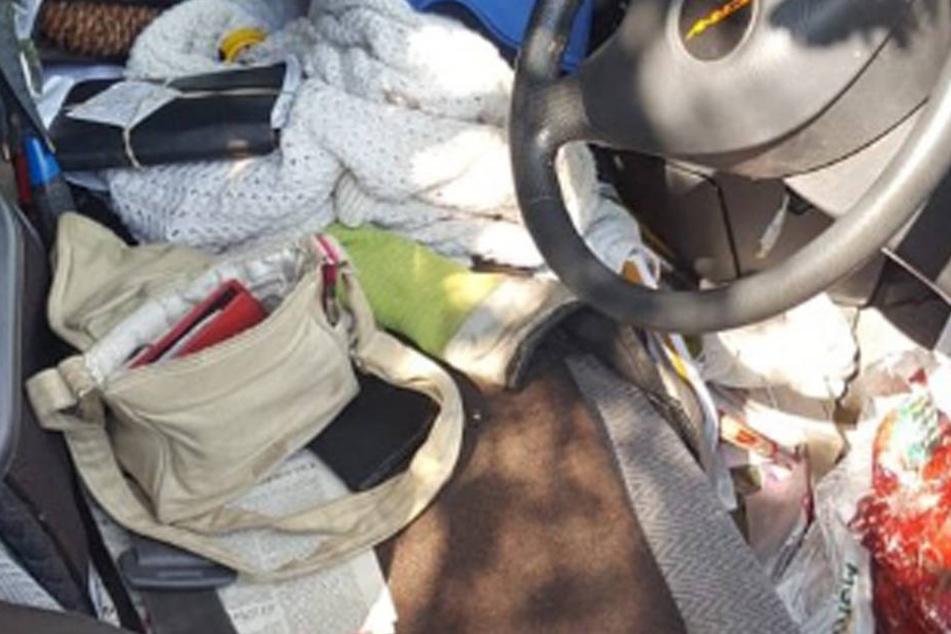 Polizisten können nicht fassen, was sie in einem Auto einer Oma entdecken