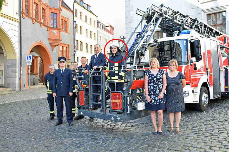 Zum ersten Arbeitstag gab's für die neue Wachleiterin Anja Weigel (40) einen ordentlichen Empfang: Oberbürgermeister Octavian Ursu (51, CDU) stieg sogar mit ihr in den Drehleiterkorb.