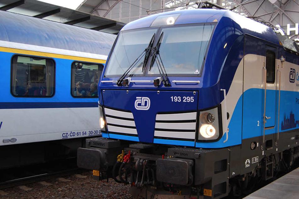 """Das """"blaue Wunder"""", die Lok Vectron der Tschechischen Eisenbahnen, ist startbereit zur Fahrt nach Dresden."""