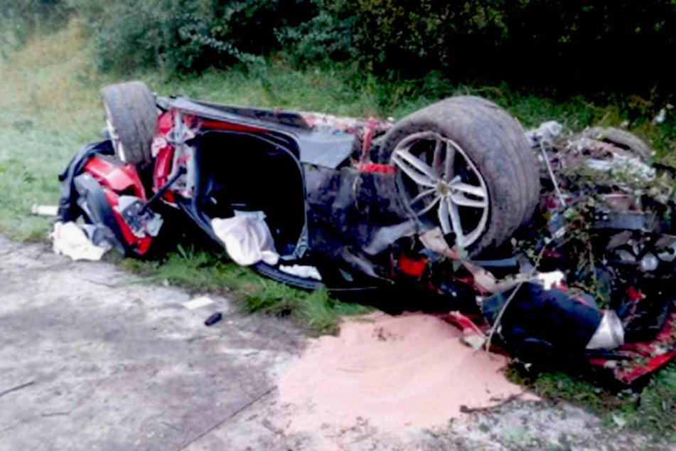 Nach dem schweren Unfall hat der Ferrari eines 59-Jährigen nur noch Schrottwert.