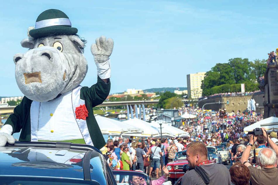 Der Liebling des Festivals - Maskottchen Dixie - winkt bei der großen Parade  über das Terrassenufer tausenden Zuschauern.