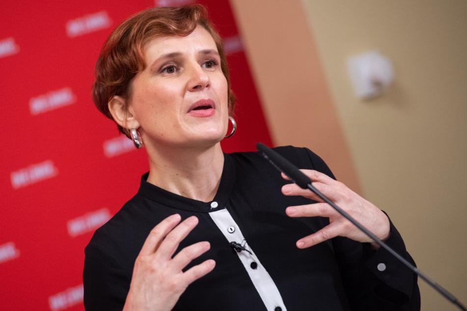 Katja Kipping spricht bei einer Pressekonferenz.