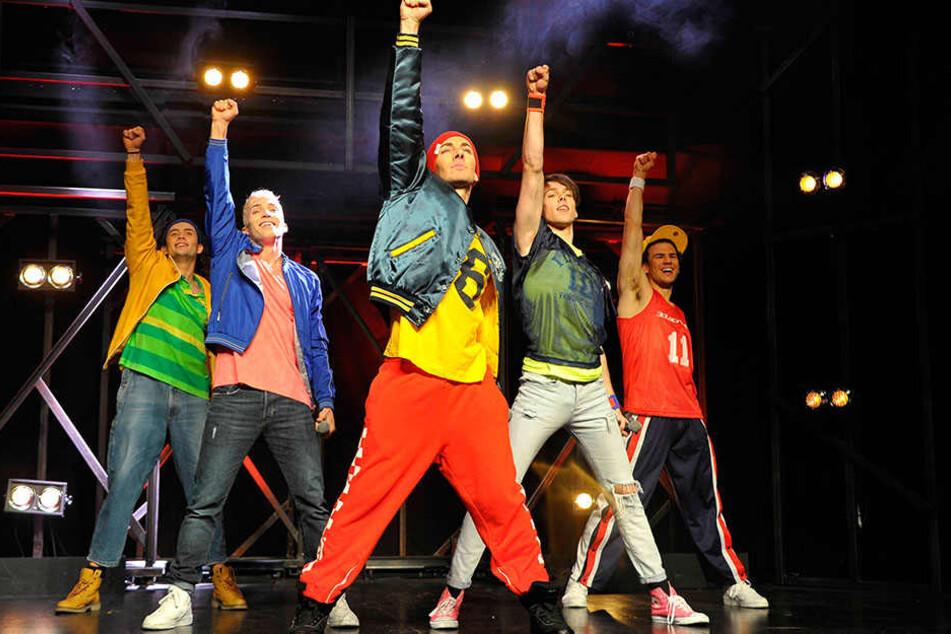 """Blick in die Show """"Boybands Forever"""": Hier stehen die Künstler im Berliner Friedrichstadtpalast auf der Bühne."""
