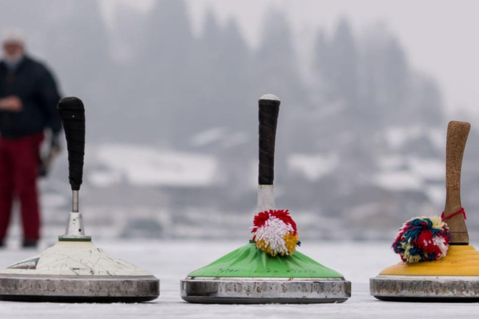 Zur Eisbahn in Gera gehört auch das traditionelle Eisstockschießen mit dazu. (Symbolbild)