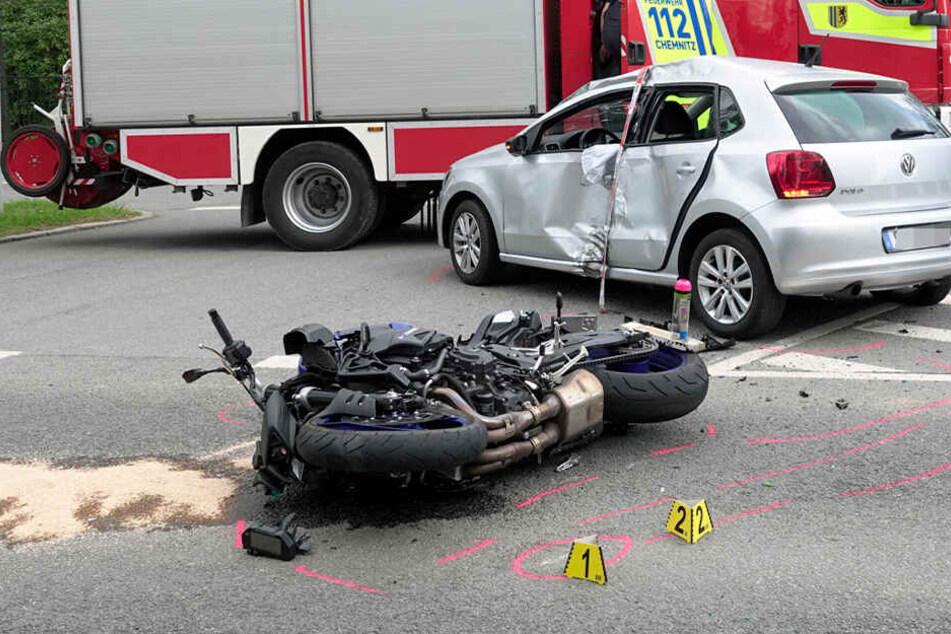 Motorrad und VW stoßen zusammen: Zwei Verletzte in Chemnitz