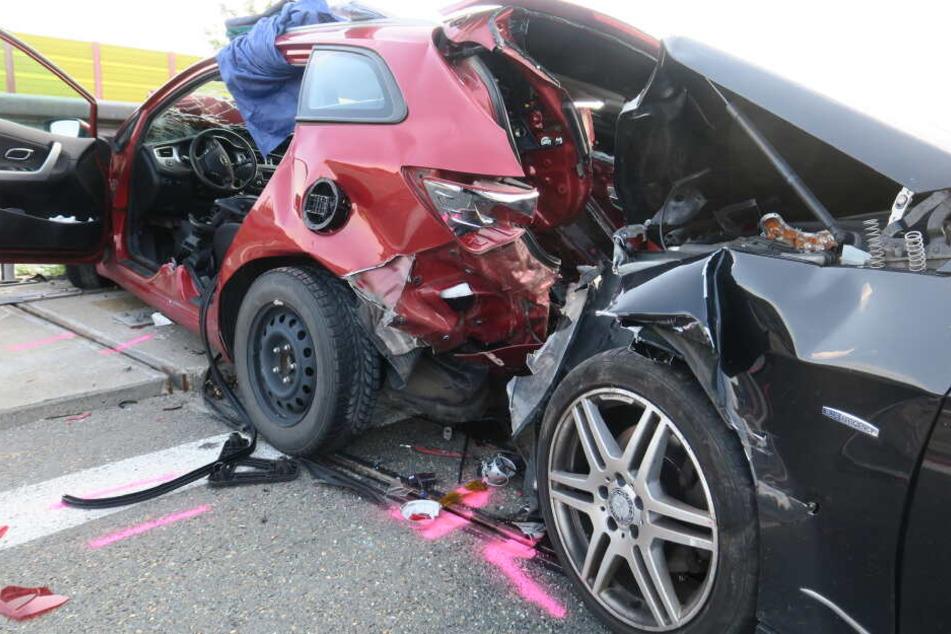Die Feuerwehr musste die Verletzten aus dem Mercedes und dem Kia befreien.