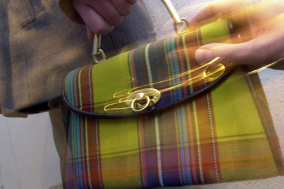 Gleich zweimal wurden am Donnerstag Frauen in Leipzig die Handtaschen entrissen (Symbolbild).