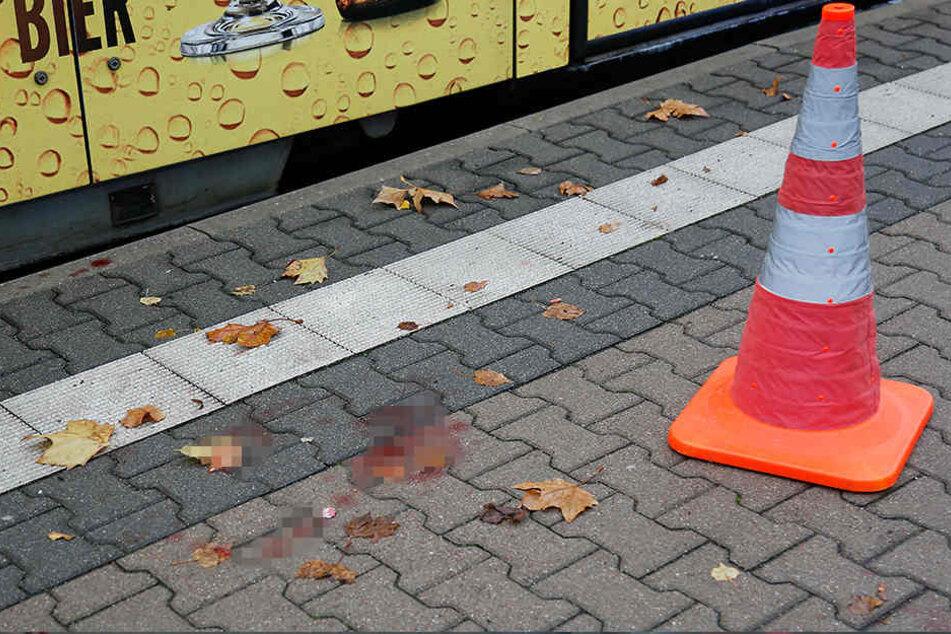 Der Fußgänger wurde schwer verletzt, auf dem Fußweg ist noch Blut zu sehen.