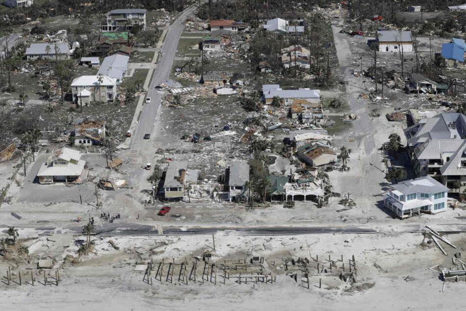 Zahlreiche Häuser liegen zerstört an den Straßen des Küstenortes Mexico Beach.