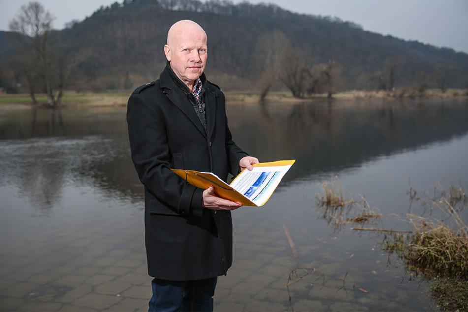 """""""Unsere einzige Chance"""": Anwohner Peter Marek (55) unterstützt mit seiner Bürgerinitiative """"Niederseite"""" die Anhebungs-Pläne."""