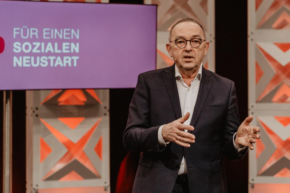 Norbert Walter-Borjans (68, SPD), Bundesvorsitzender der Sozialdemokraten spricht auf dem nordrhein-westfälischen Landesparteitag.