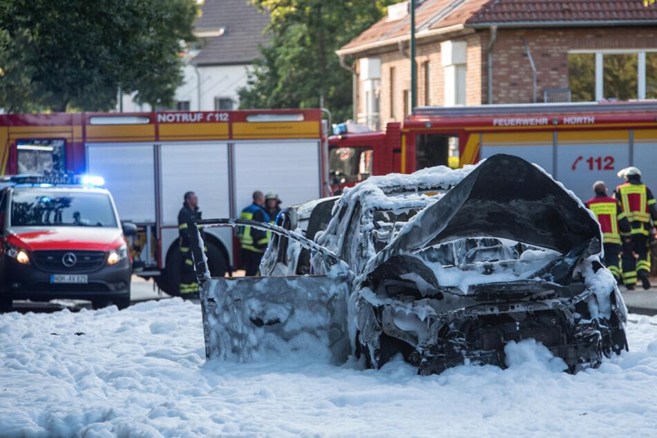 Bei dem Brand des Fahrzeuges wurde ein Mann (55) lebensgefährlich verletzt.