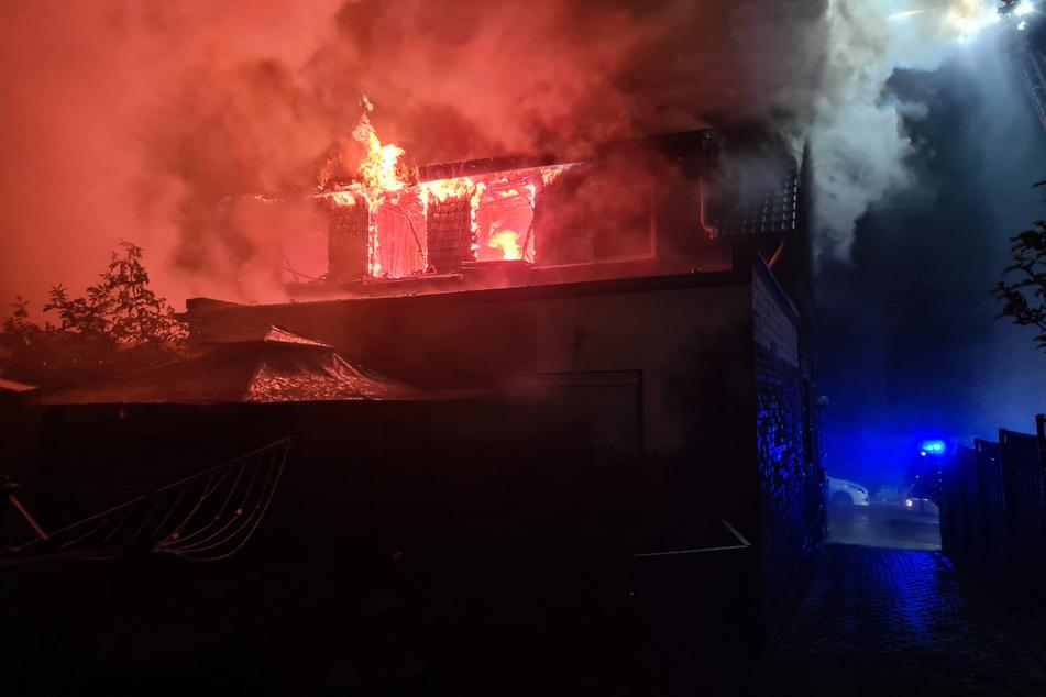 Flammen und Rauch schossen aus dem Dachgeschoss des Gebäudes.