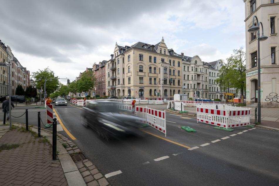 Wegen der Baustelle an der Kreuzung Weststraße/Barbarossastraße wird viel Verkehr auf die Ulmenstraße umgeleitet. Das bringt Schwierigkeiten mit sich.
