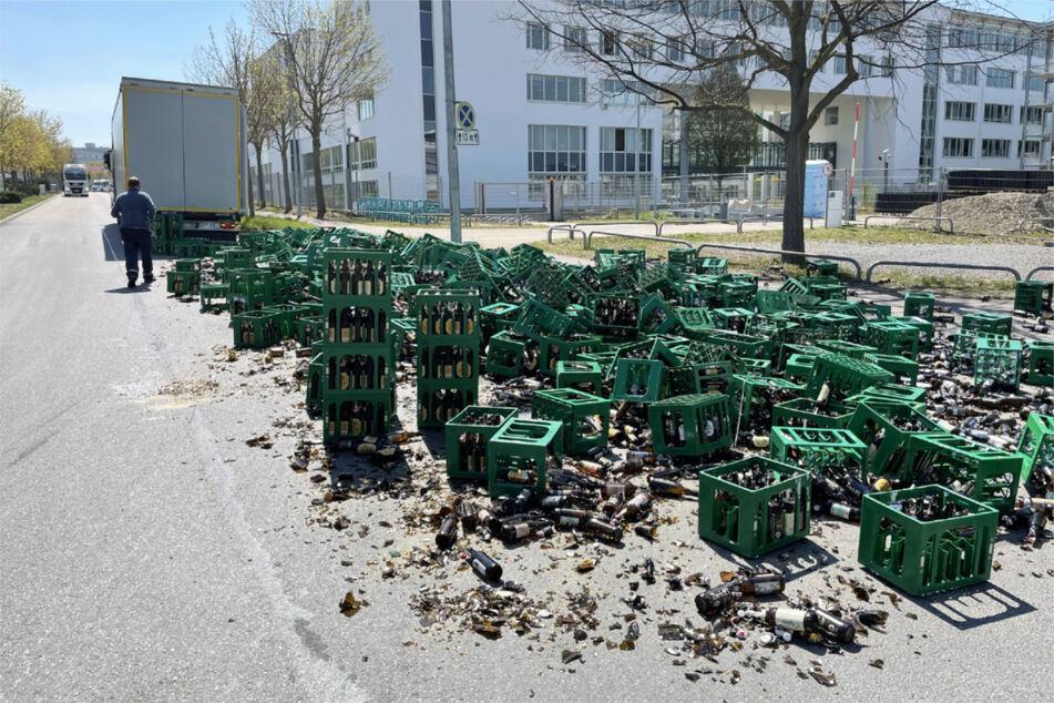 Überall Scherben: Laster-Fahrer verliert Hunderte Getränkekisten!