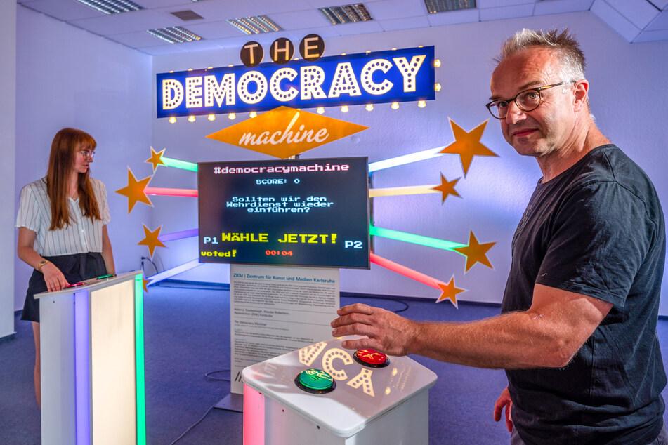 Jan Gerigk (58) vom Zentrum für Kunst und Medien in Karlsruhe konzipierte die Democracy Machine. Auch Natalie Bleyl vom Pochen-Team ist begeistert.
