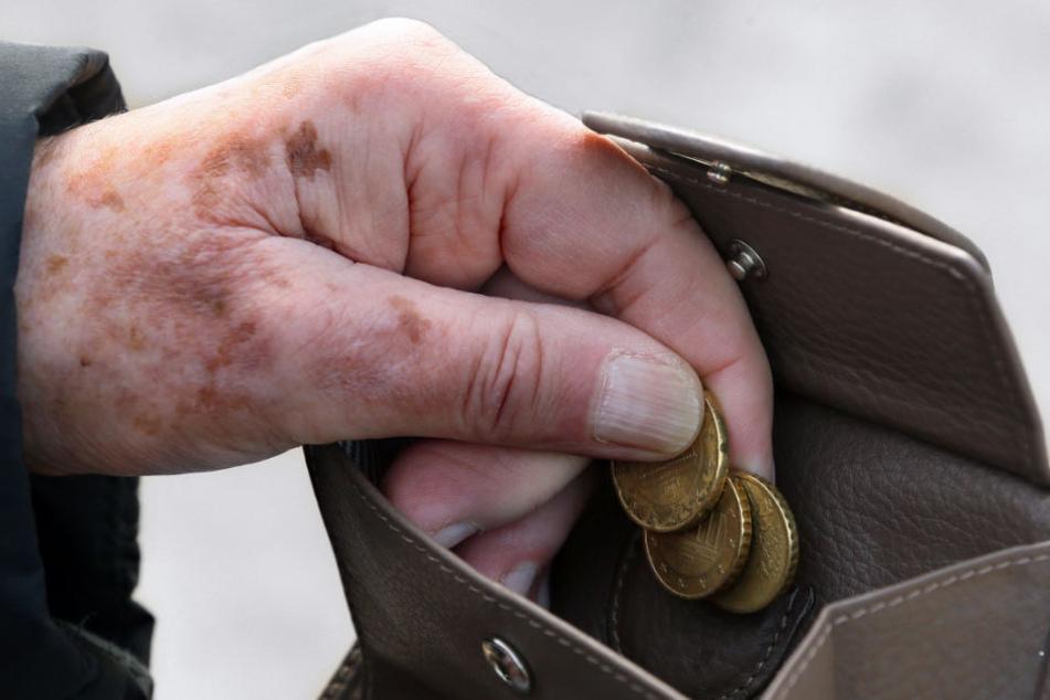 Mehr als 26.000 Rentner in Hamburg bekommen Grundsicherung, da ihre Rente zu gering ist (Archivbild).
