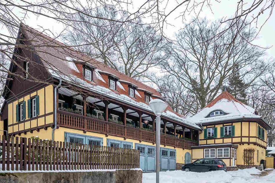 Das alte Fachwerkhaus am Ende der Malerstraße in Loschwitz war einst das  Verwaltungsgebäude des Weidner-Sanatoriums. Hier lebt der Rentner neben zwei  anderen Mietparteien.