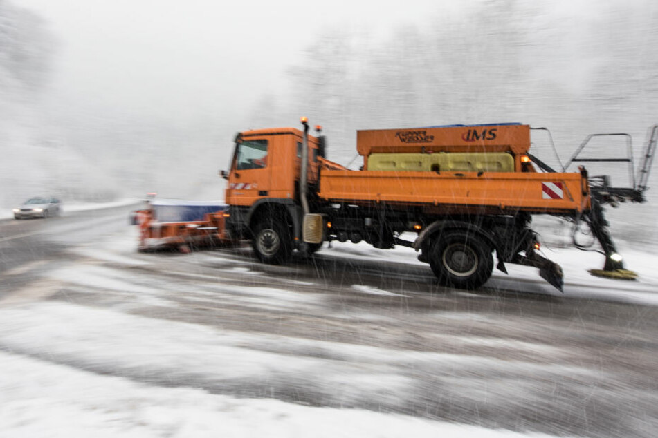 Ein Streufahrzeug im Einsatz (Symbolfoto).
