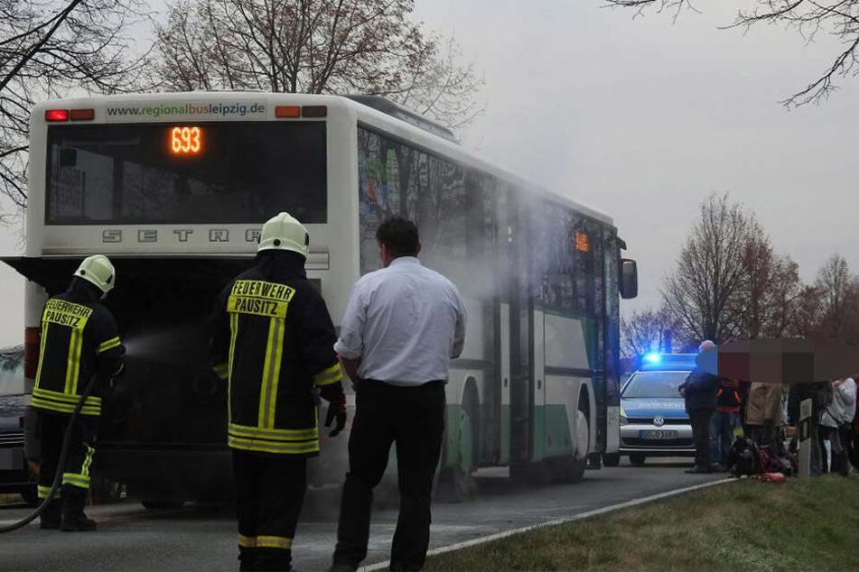 Rund 20 Fahrgästen konnten vom Busfahrer (vorn) in Sicherheit gebracht werden.