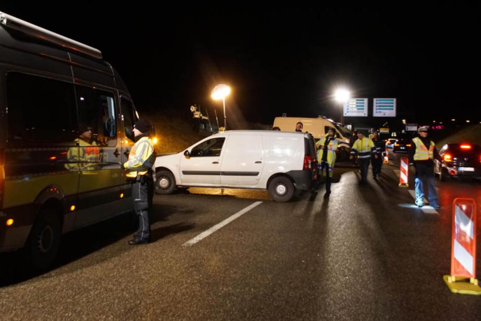 Die Polizei kontrolliert am Samstag mehrere Autos in der Umgebung der Messe Stuttgart.