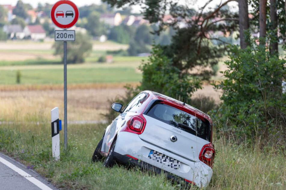 Die Fahrerin eines Smart konnte gerade noch ausweichen, landete jedoch im Straßengraben.