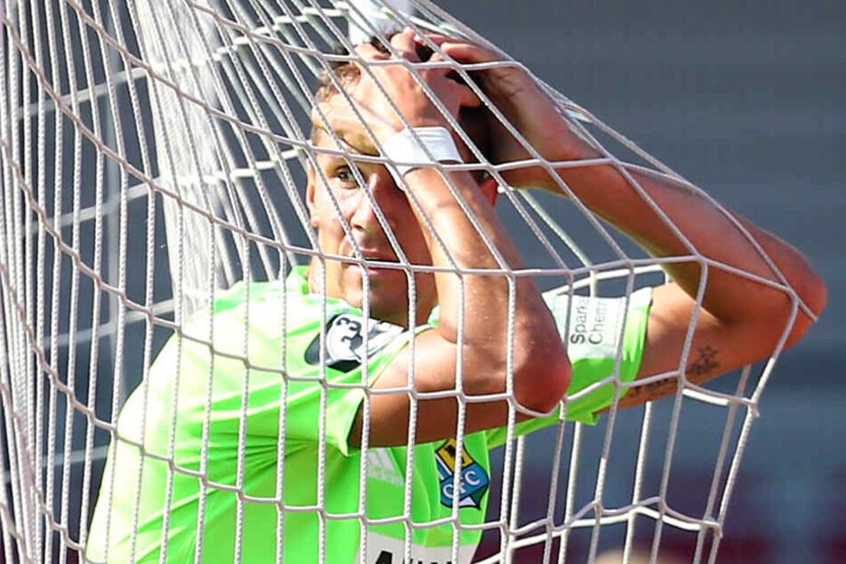 Tim Danneberg im Netz - aber nicht der Ball. Das wäre beser gewesen. Bei der  Fortuna traf Chemnitz erneut nicht.