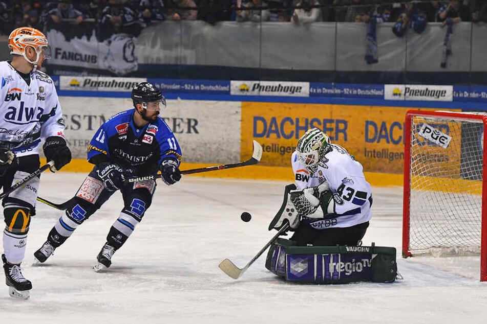 Steven Rupprich gegen Bietigheim in Aktion. Der 30-Jährige wird auch in der kommenden Saison für die Eislöwen stürmen.