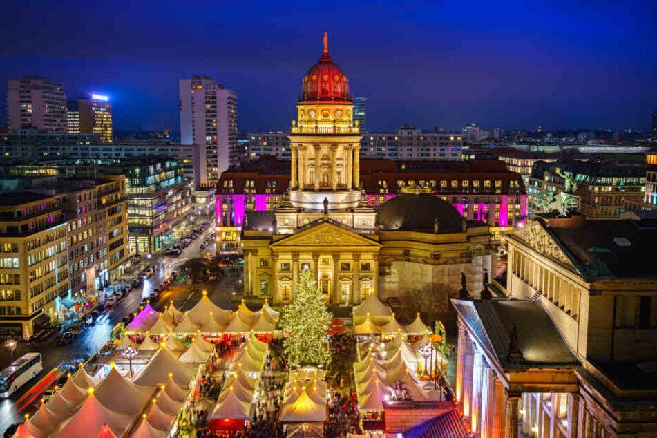 Der Weihnachtsmarkt funkelt zwischen den beiden Domen und dem Konzerthaus.
