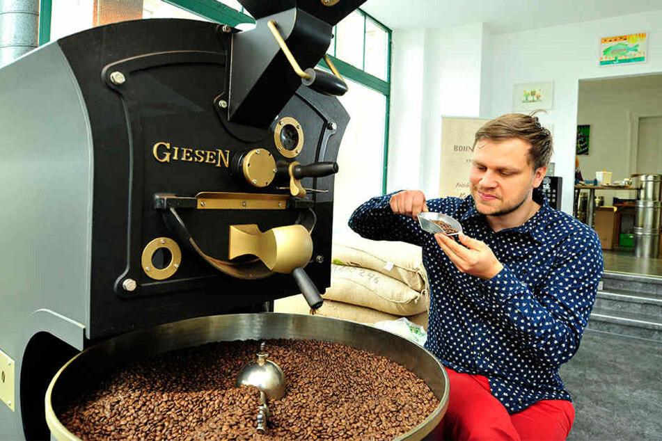 Bohnenmeister Matthias Dallinger (33) entwickelt die verschiedenen  Kaffee-Arten auf traditionelle Weise.