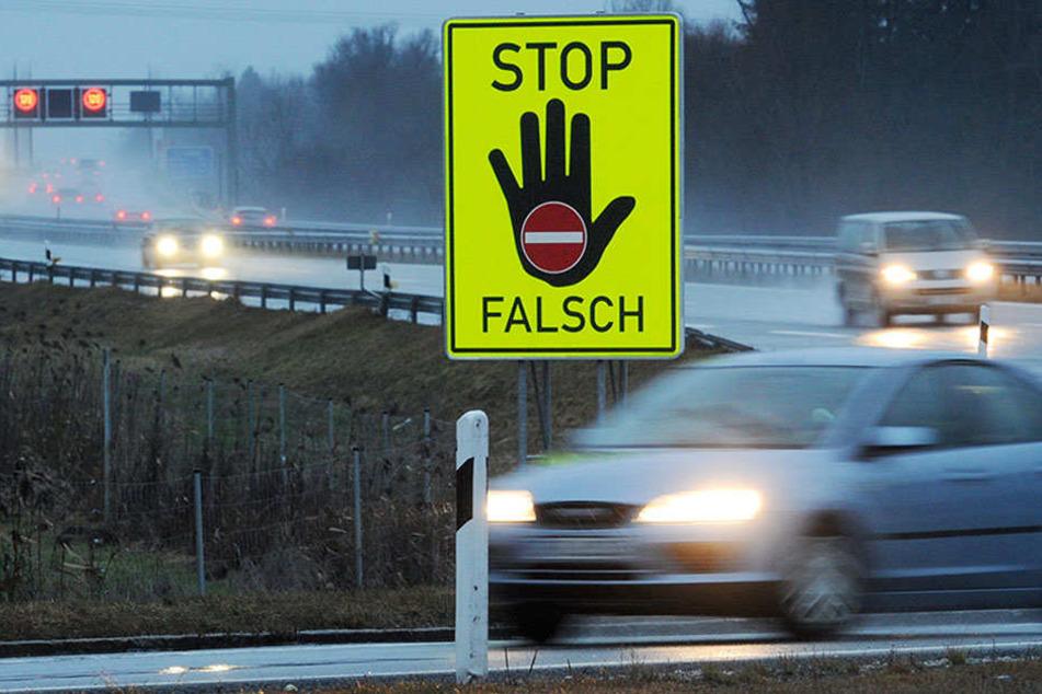 Neue Schilder an Autobahnen sollen Fahrer warnen, nicht die Gegenfahrbahn zu nehmen.