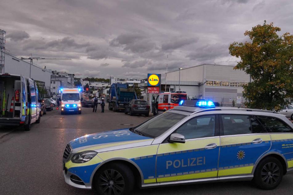 Rettungskräfte gehen am Unfallort ihrer Arbeit nach.