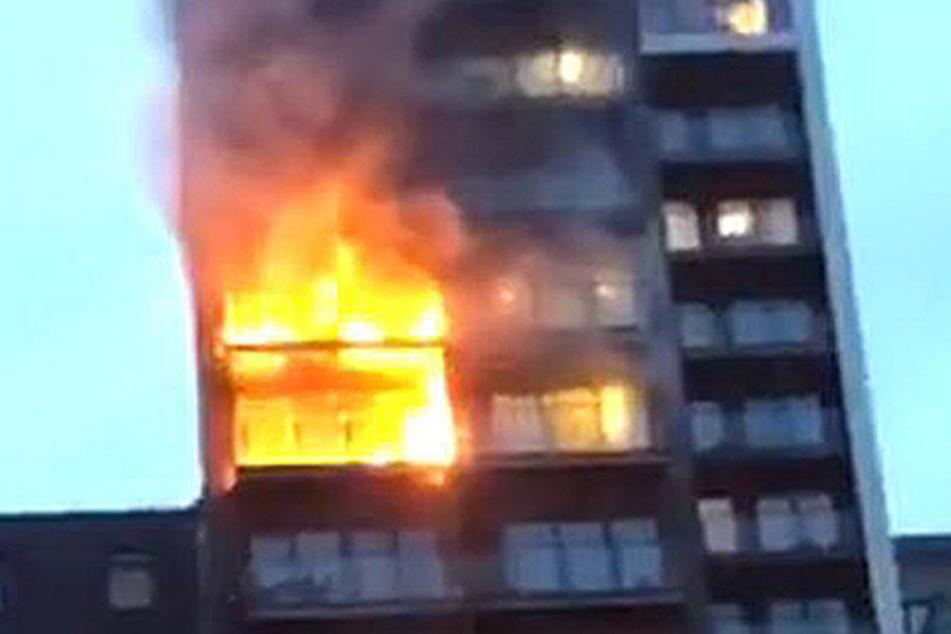 Man sei mit rund einem Dutzend Fahrzeugen vor Ort, hieß es außerdem von Manchester Fire.