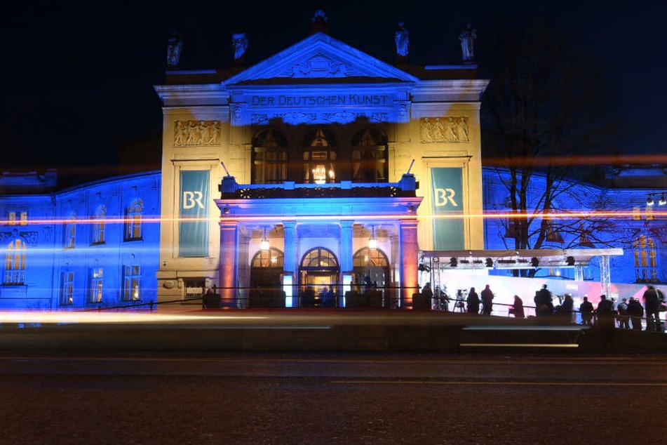 Die Gäste kommen zur Verleihung des Bayerischen Filmpreises in das Prinzregententheater der Landeshauptstadt